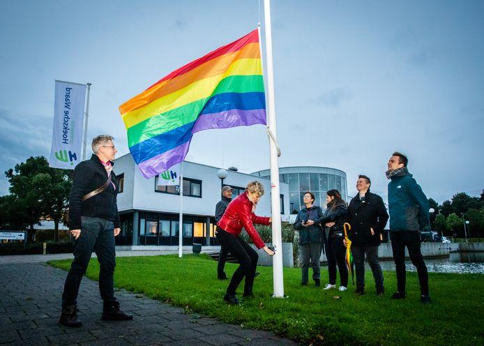 Sinds twee jaar wappert bij de gemeentehuizen in Oud-Beijerland en Maasdam op Coming Out Day de regenboogvlag.