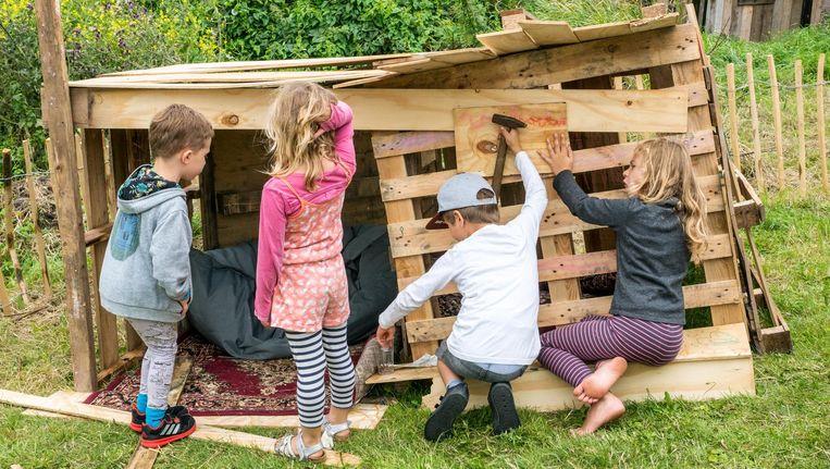 Kinderen klussen op Pampus Beeld Rien de Jager
