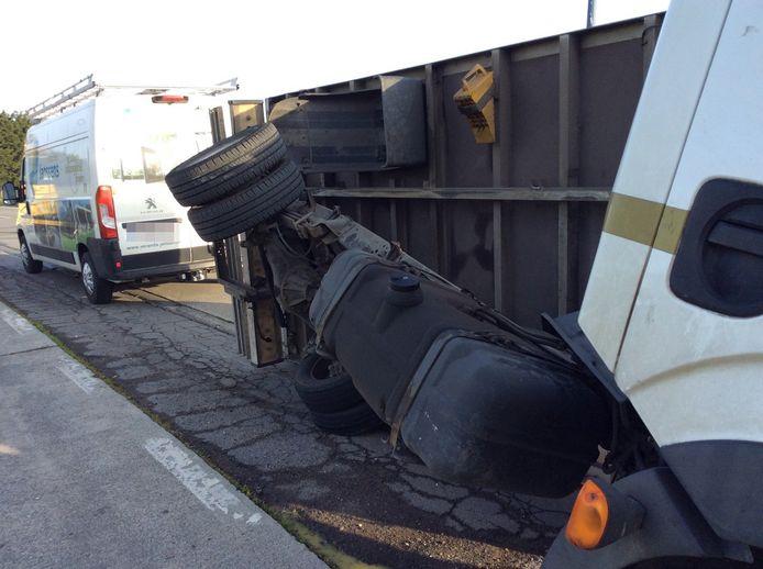 De kleine vrachtwagen gelandde op zijn zij.