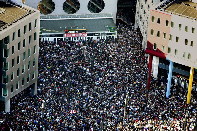 Duizenden fans verzamelden zich in 2004 bij de Arena in Amsterdam voor de herdenkingsceremonie voor André Hazes. Beeld ANP