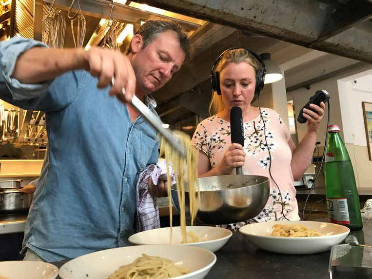 Hiske Versprille van 'Cheft' op bezoek bij chefkok Leonardo Pacenti van restaurant Toscanini. Maar hoe maak je een podcast over iets wat je moet zien, ruiken en proeven?  Beeld Dag en Nacht Media.