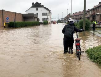 Tientallen woningen ondergelopen, voetbalstadion overstroomt
