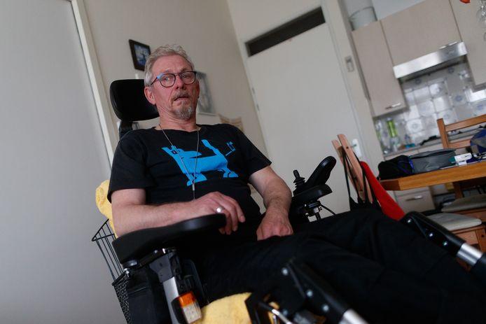 Gert-Jan Jonker zit in een elektrische rolstoel en is vorige week aangereden door iemand in een scootmobiel. De veroorzaker reed door. Meneer Jonker pleit nu voor een verlaging van de maximale snelheid van scootmobielen.