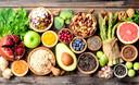 Havermout, fruit, linzen en groenten: alles waar vezels in zitten helpen de werking van je darmen.
