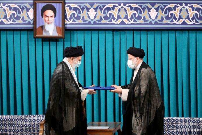 Iraanse grootayatollah Ali Hosseini Khamenei (links) geeft zijn officiële zegel van goedkeuring aan nieuwverkozen president Ebrahim Raisi (rechts).