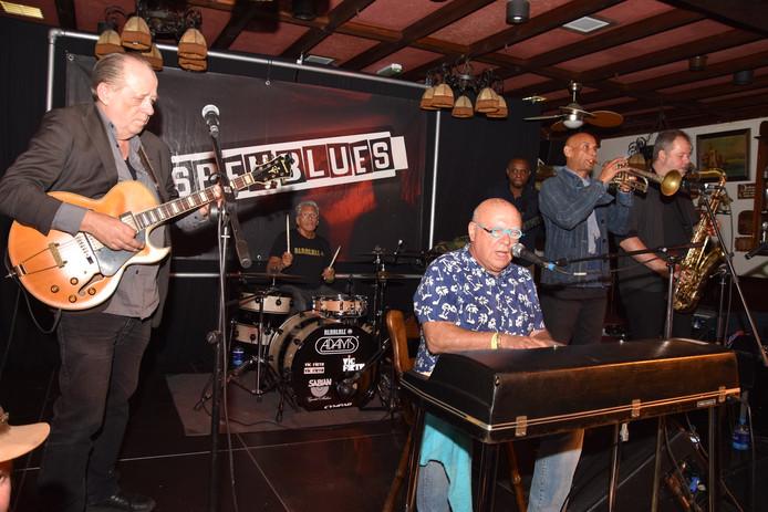 Boogie Boy achter de piano, met Jan de Bruijn op gitaar.