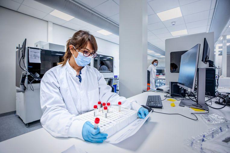 Medewerker in het Hudson-laboratorium in Utrecht. Beeld  Foto Raymond Rutting / de Volkskrant