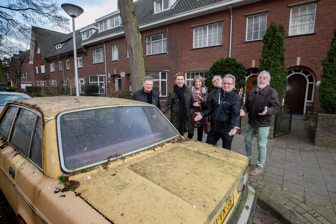 De met mos begroeide Volvo voor de deur van Ineke Paijens (foto 11 februari).