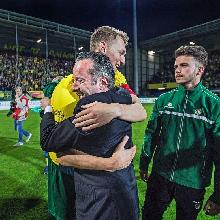 Fortuna-voorzitter Isitan Gün en Per Schuurs, in 2018 aanvoerder van Fortuna, omarmen elkaar. De promotie naar de eredivisie is een feit. Beeld Guus Dubbelman / de Volkskrant