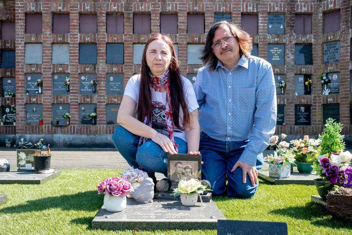 Elza Verswijver en Patrick Eyckmans bij de herdenkingszerk van Elza's ouders.