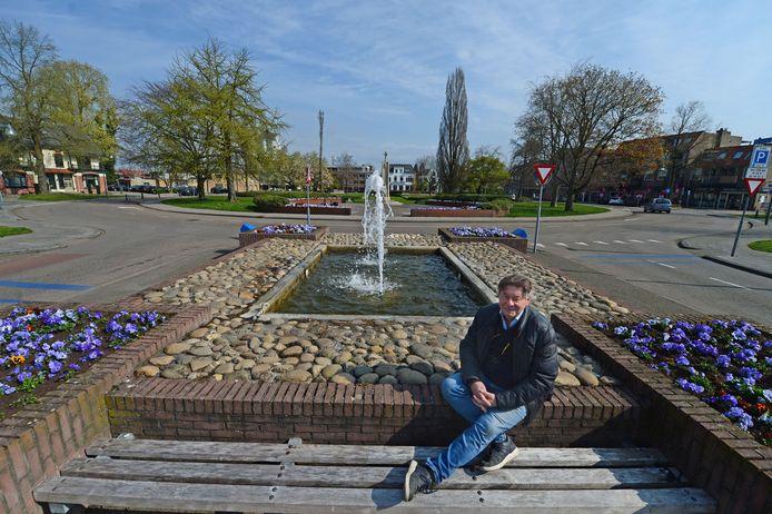 Hans Krol op het Wethouder E. van Dronkelaarplein, waar hij een Herdenkingsplein voor zich ziet, met onder meer het veelbesproken Bevrijdingsmonument.