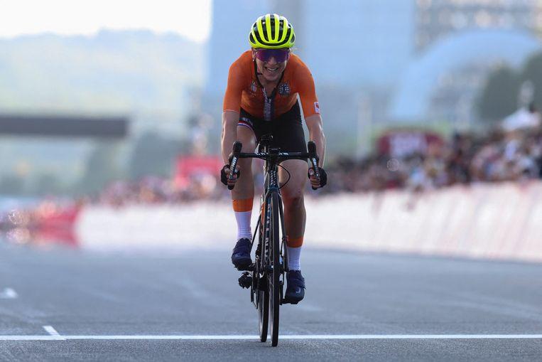 Van Vleuten rijdt over de finish, als eerste – denkt ze. Beeld AFP
