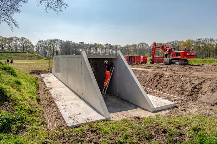 De tunnel gaat straks volledig op in een aarden wal.