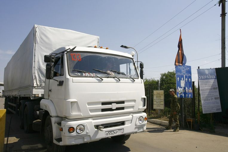 Het Rode Kruis heeft gemeld dat zijn vertegenwoordigers het konvooi niet escorteren door het oosten van Oekraïne zolang daar hevige gevechten plaatsvinden en er onvoldoende veiligheidsgaranties kunnen worden gegeven. Beeld afp