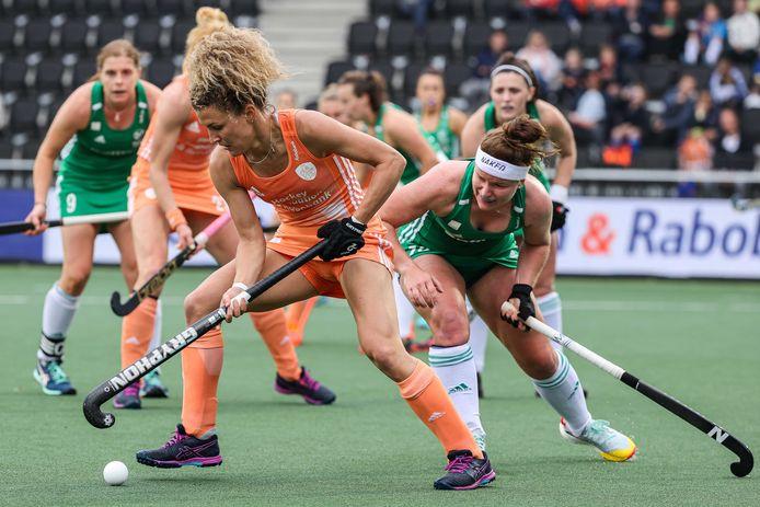 Maria Verschoor (links) in duel Shirley McCay.
