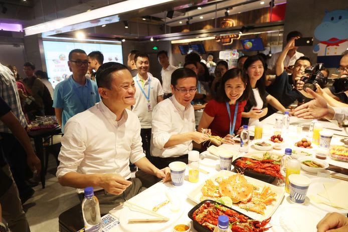 Alibaba oprichter Jack Ma en ceo Daniel Zhang in de Chinese Hema supermarkt.