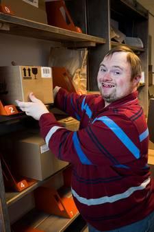 Nieuw pakketpunt Terwijde gerund door mensen met beperking: 'Bij mij zijn de pakketjes in goede handen'
