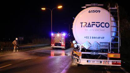 Bestuurder botst tegen geparkeerde tankwagen