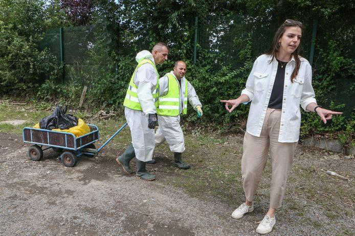 Les ouvriers portent des combinaisons blanches pour désinfecter les locaux techniques, explique la porte-parole Justien Dewil.