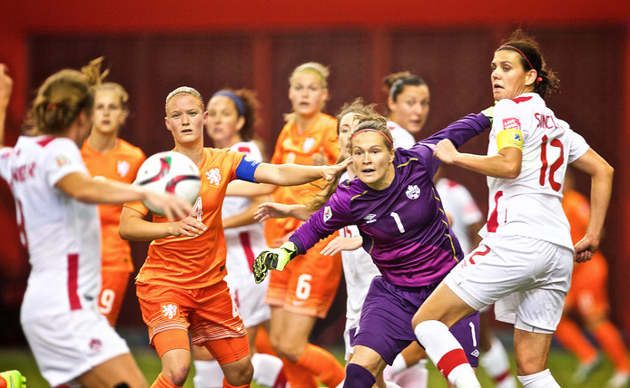 15 juni 2015: Canada - Nederland (1-1) bij het WK van vier jaar terug. Keeper Erin McLeod van Canada is meester over de situatie.