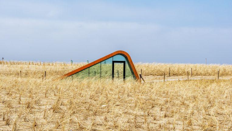 Een nooduitgang van de parkeergarage in de duinen van Katwijk. Beeld Raymond Rutting / de Volkskrant