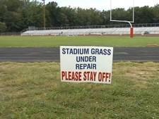 Un pénis géant dessiné sur la pelouse d'un stade à Détroit