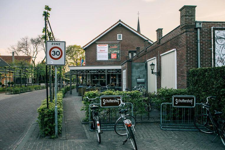 Gasterij Schuttershof is in bezit van de Coöperatie Esbeek. Honderden dorpelingen hebben een aandeel in de kroeg. Beeld Marcel Wogram