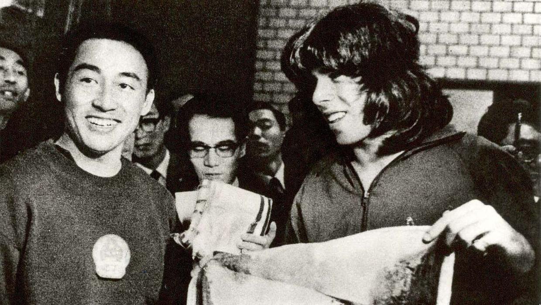 De Amerikaanse tafeltennisser Glenn Cowan (rechts) en zijn Chinese concurrent Zhuang Zedong, na hun eerste ontmoeting in de bus bij het WK 1971 in Japan. Beeld DPG Media