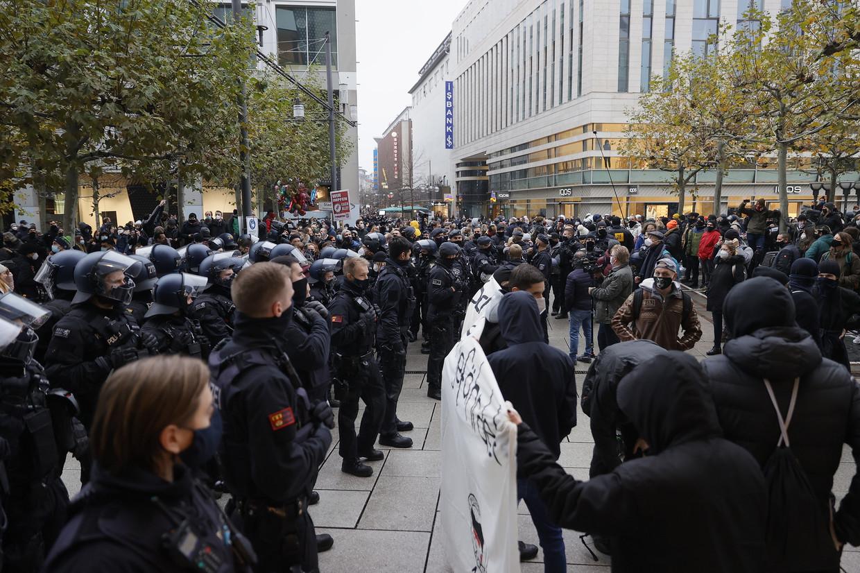 In Frankfurt am Main waren er stevige protesten tegen de coronamaatregelen, die nu nog zullen verstrengen. Beeld EPA