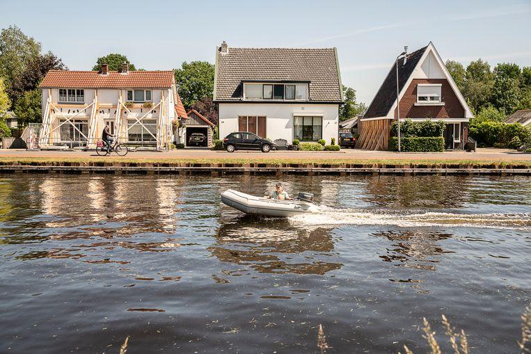 Gestutte huizen langs de Vriezenveenseweg aan het Kanaal Almelo-De Haandrik.  Beeld Harry Cock / de Volkskrant