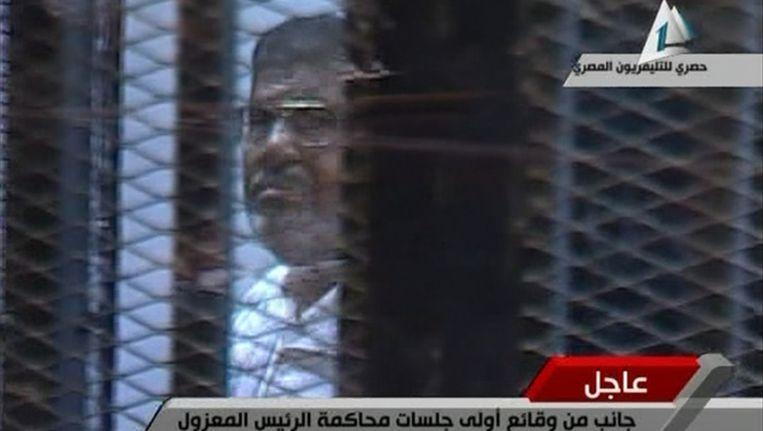 Mohamed Morsi tijdens zijn proces. Beeld REUTERS