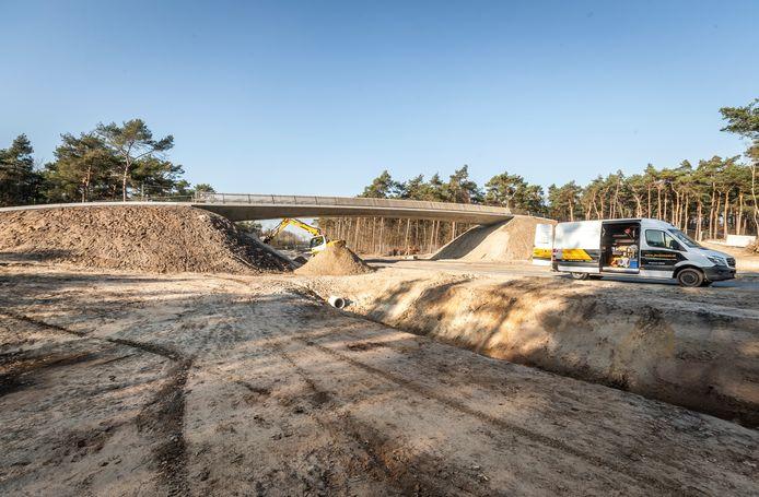 Foto 4: De loopbrug bij natuurgebied Einderheide (ter hoogte van de Bosweg in Riethoven) is zo goed als af.