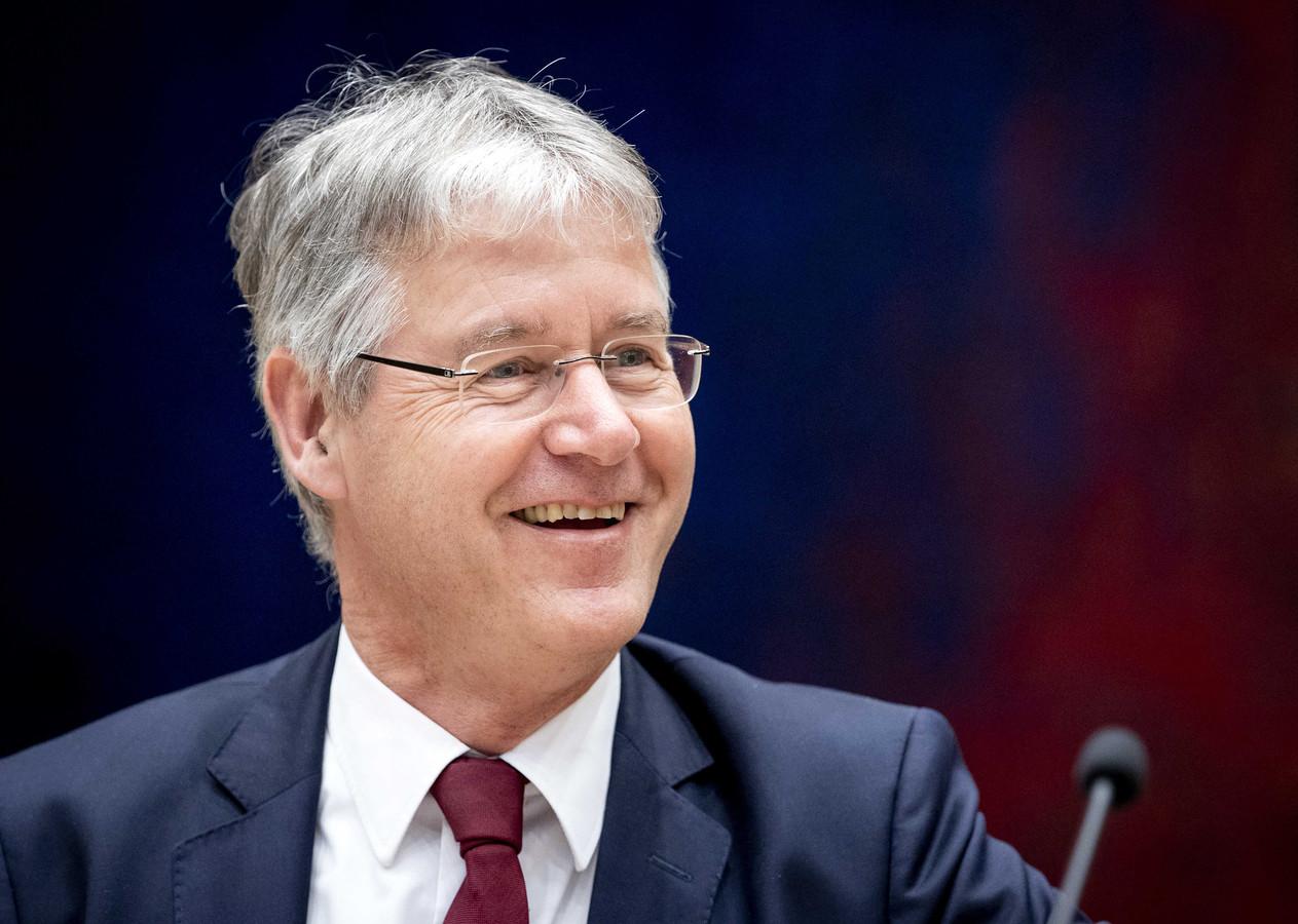 Arie Slob, demissionair minister voor Basis- en Voortgezet Onderwijs en Media, trekt miljarden uit om onderwijsachterstanden weg te werken.