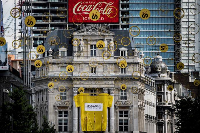 La place De Brouckère est surplombée par des petites roues jaunes.