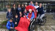Ouderen laten zich door wijk rijden met eerste 'buurtriksja'