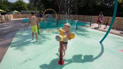 Kinderen kunnen afkoelen op waterspeeltuin