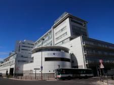 """""""Chaos"""" dans les hôpitaux français: """"On voit la vague arriver"""""""
