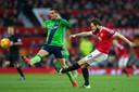 Tadic als speler van Southampton kan niet voorkomen dat Daley Blind van Manchester United een pass verstuurt. Nu zijn ze ploeggenoten.