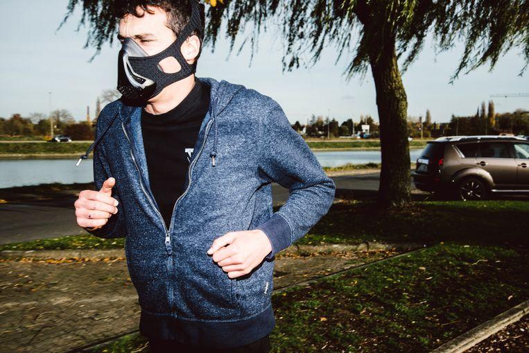 Even rond de Gentse Watersportbaan joggen, met een hypoxisch masker is dat makkelijker gezegd dan gedaan.  Beeld Francis Vanhee