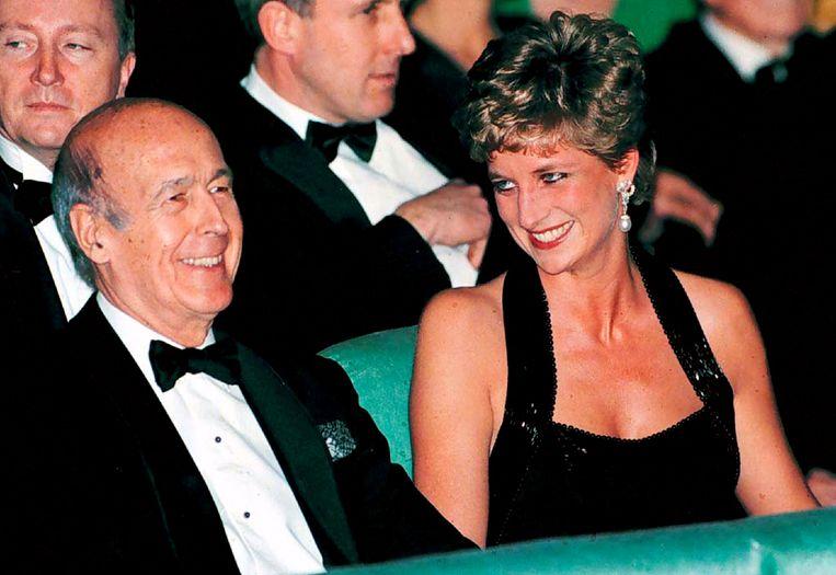 Giscard d'Estaing en prinses Diana in 1994 bij een theatervoorstelling.  Beeld Reuters