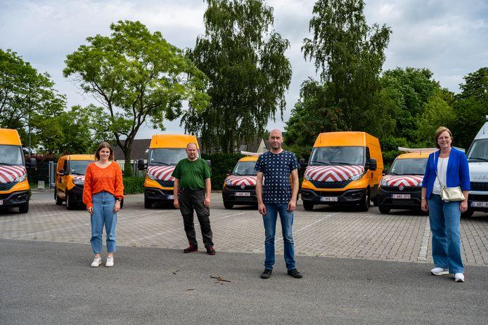 Schepen Dierick en leden van de technische dienst namen de nieuwe voertuigen vrijdag officieel in gebruik.