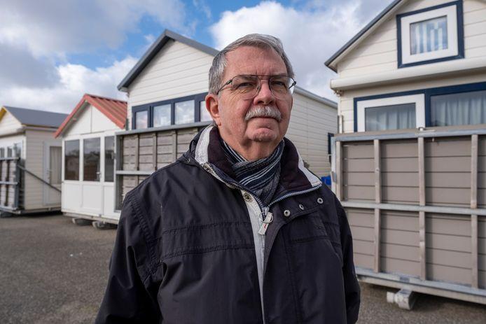 Wim Crusio bij de strandhuisjes die door de coronacrisis niet op het strand mogen worden geplaatst.