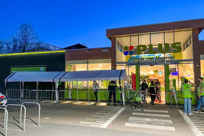 Plus supermarkt in Budel-Schoot overvallen door meerdere daders.