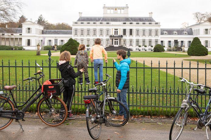 Kinderen bij het hek hopen een glimp op te vangen van de Sint.