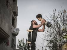 """Cette photo d'un Syrien et son fils né handicapé bouleverse la toile: """"Elle illustre l'horreur"""""""