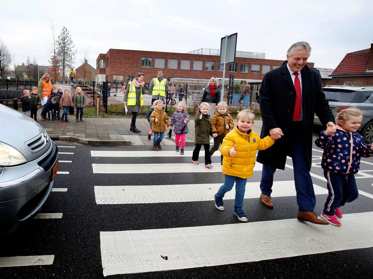 Een feestelijk moment na het uitvoeren van de eerste werkzaamheden om de omgeving verkeersveiliger te maken, met wethouder Huib Zevenhuizen.