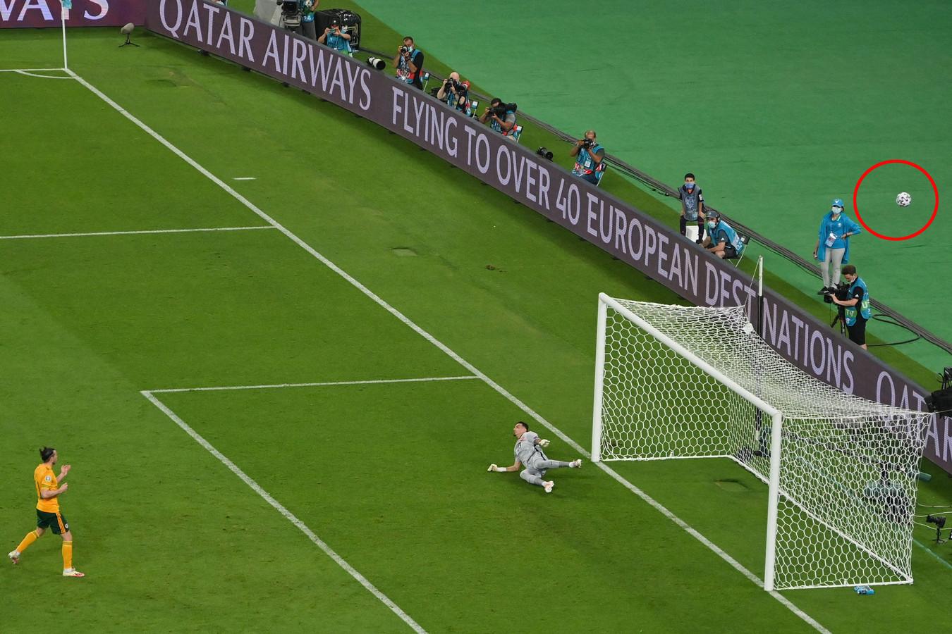 Gareth Bale schiet zijn penalty ver over.