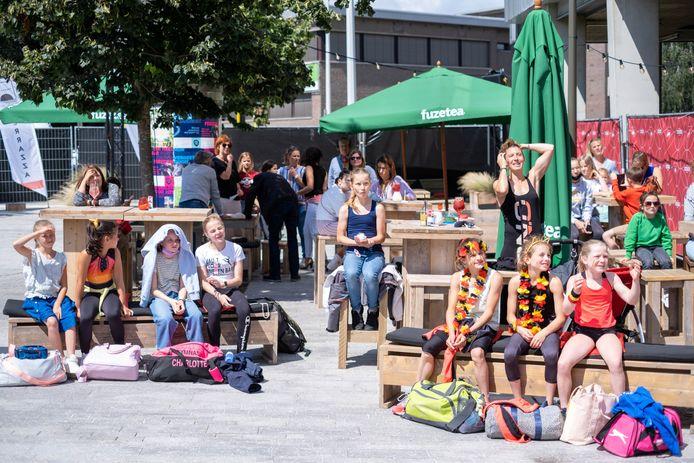 MECHELEN Mensen supporteren voor Jutta Verkest en Nina Derwael vanop de zomerbar La Terrazza tijdens de allround-finale op de Olympische Spelen in Tokyo