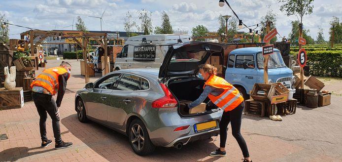 Een klant krijgt een aspergebox in zijn kofferbak tijdens de drive thru op het terrein van de Rabobank aan de Distributieweg in Oosterhout.