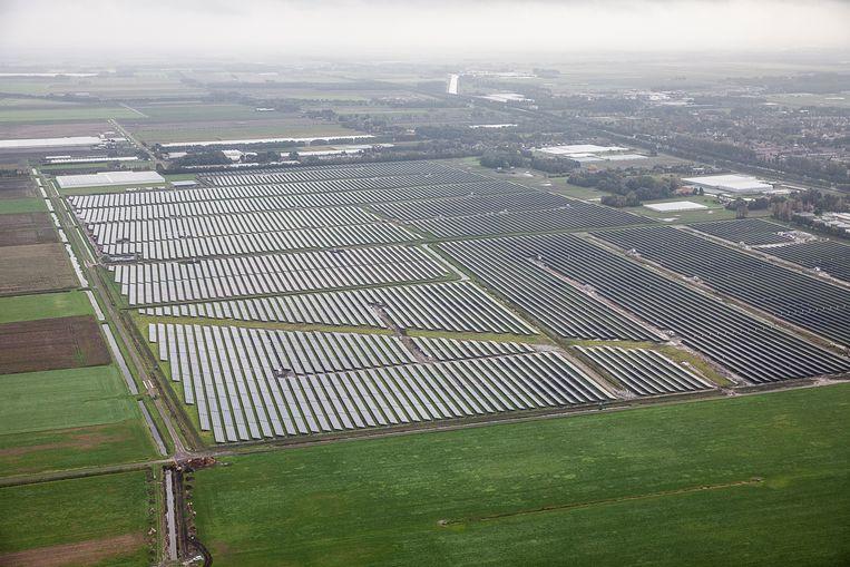 Zonnepark bij Hoogezand: 90 duizend zonnepanelen op 35 hectare.  Beeld Harry Cock / de Volkskrant